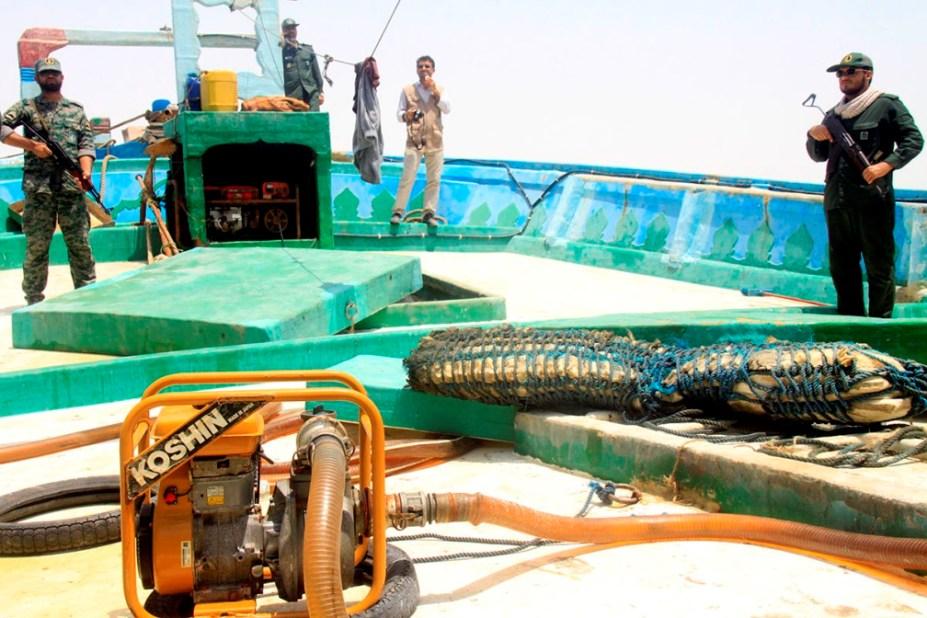 توقیف شناور صیادی حامل سوخت قاچاق در آبهای ماهشهر