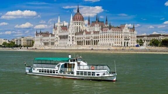 واژگونی قایق گردشگری در مجارستان؛ 7 کشته 21 مصدوم + فیلم