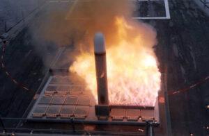 شلیک موشک عمود پرتاب باور 373 از روی شناور تریماران سفینه-پروژه نگین نیروی دریایی ایران