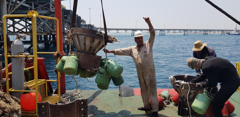بازسازی پهلوگیر اسکله نفتی لاوان و جلوگیری از توقف صادرات فرآوردههای نفتی+فیلم