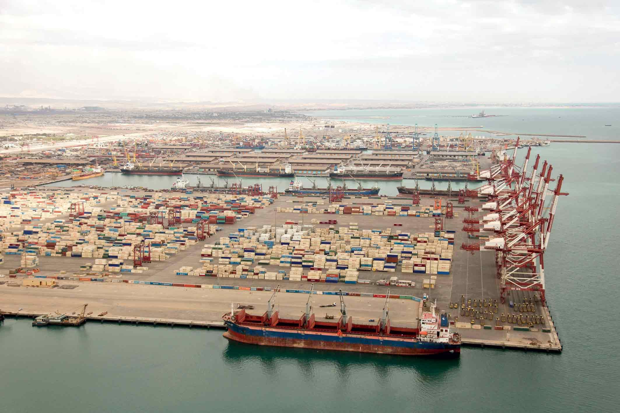 تخلیه و بارگیری ۳۳۱ فروند کشتی حامل فرآوردههای نفتی در بندر شهید رجایی