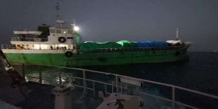 توقیف شناور حامل خودروهای خارجی قاچاق در آبهای بوشهر