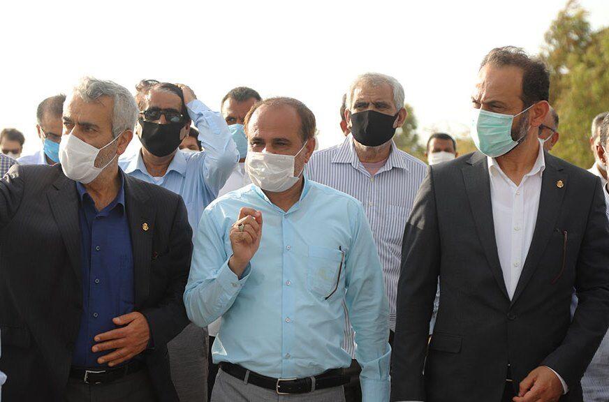 علیرضا محمدی کرجی ران در کنار حسین رییسی در اسکله گردشگری دریایی بندر کوهستک