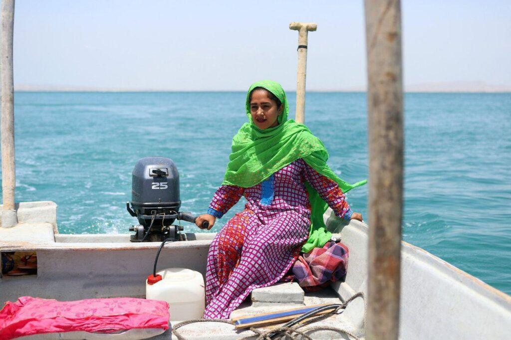ماهیگیری زنان و مردم جزیره هنگام با قایق صیادی