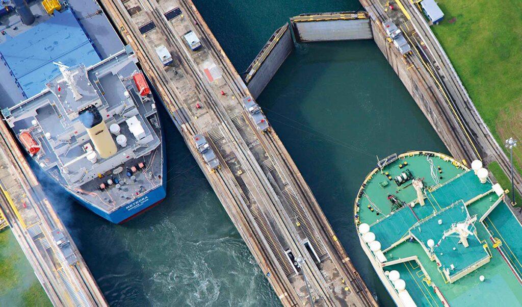 نمای بالا دو کشتی کنار هم سد سلولی کانال پاناما