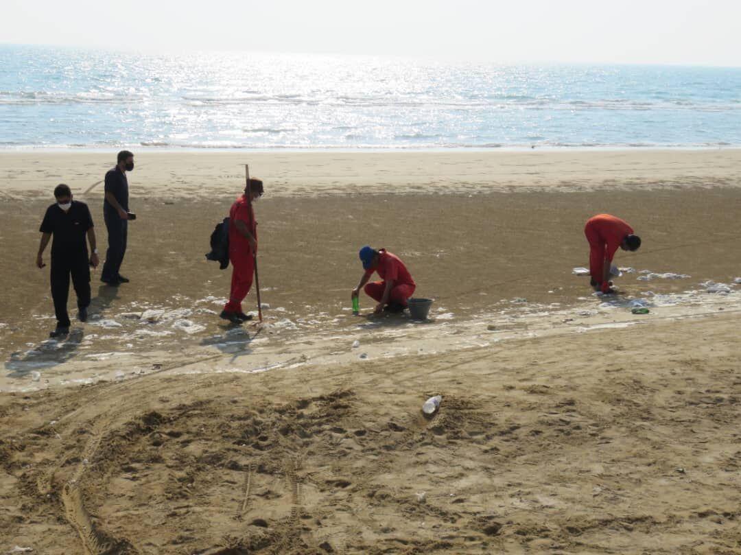 پاکسازی ساحل بندر گناوه از لکه نفتی
