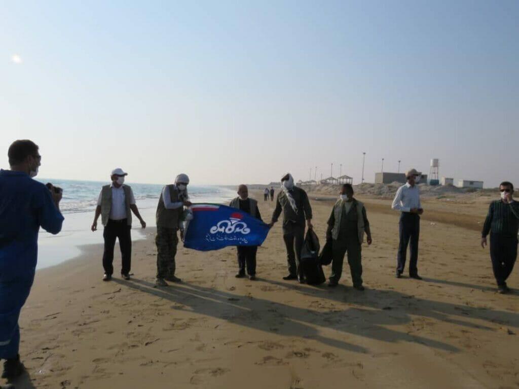 پاکسازی ساحل گناوه از لکههای نفتی