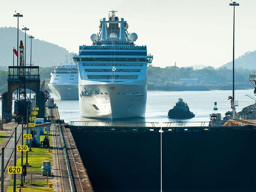 کشتی باری در حال نزدیک شدن به سد سلولی کانال پاناما