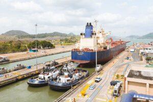 کشتی بههمراه یدککش سد سلولی کانال پاناما