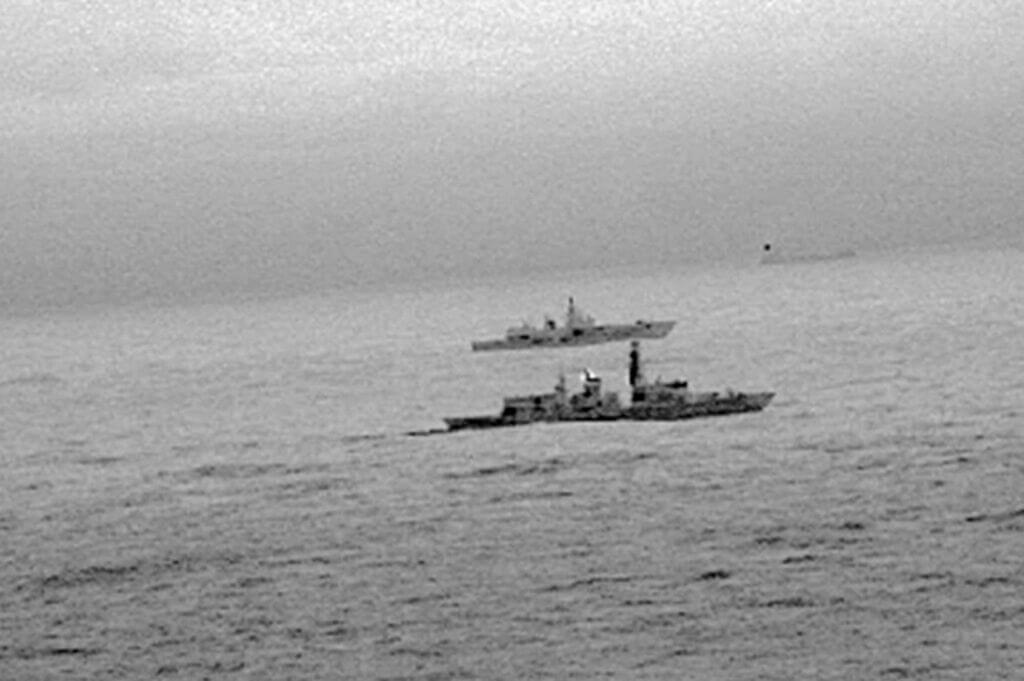 اسکورت کشتیهای جنگی روسیه توسط نیروی دریایی انگلیس