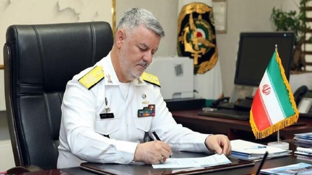 امیردریادار حسین خانزادی فرمانده نیروی دریایی ارتش در حال امضا حکم