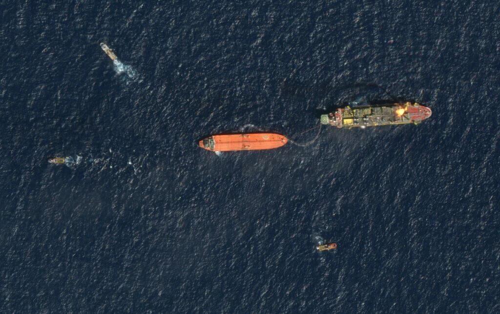 انتقال نفت از یک نفتکش به تانکر نفتکش دیگر در دریا