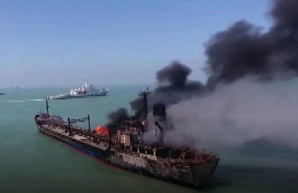 برخورد نفتکش با کشتی باری در آب های چین