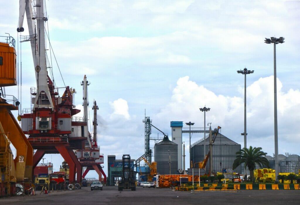 بندر تجاری اقتصادی بندر انزلی در سواحل جنوب دریای کاسپین