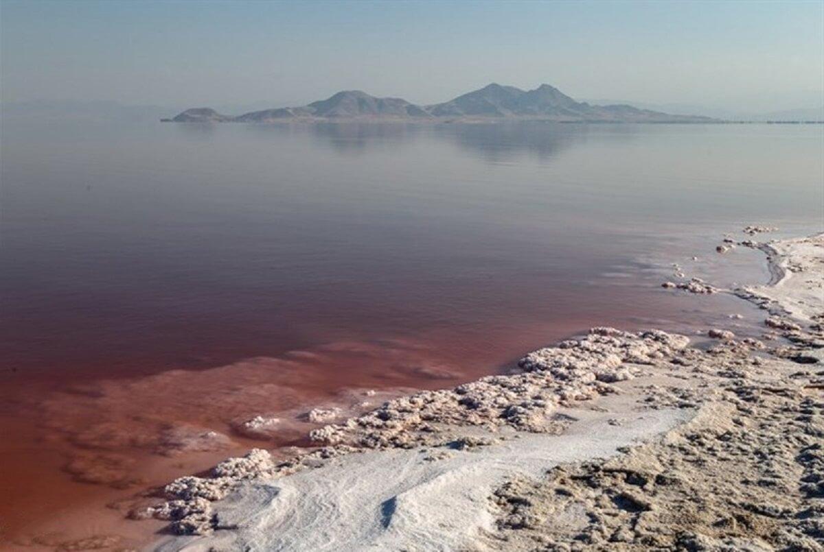 تغییر رنگ آب دریاچه ارومیه به قرمز