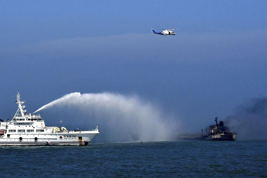 خاموش کردن آتش نفتکش پس از برخورد برخورد با کشتی باری در آب های چین