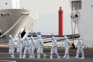 دریانوردان با شیلد مخصوص مقابله با کرونا در کنار کشتیهای بندر