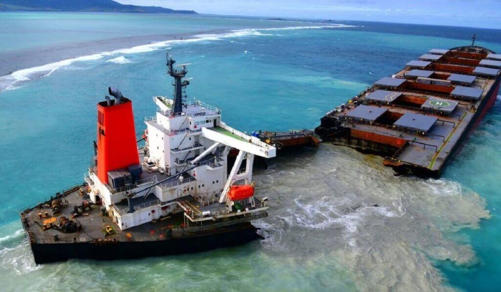 دو نیم شدن کشتی واکاشیو (Wakashio) ژاپن در جزیره موریس