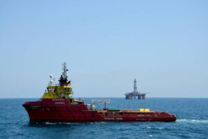 شناور کاسپین 1 در کنار سکوی نفتی نیمه مغروق امیرکبیر(البرز) در دریای کاسپین