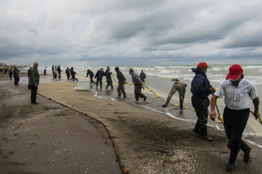 صیادان مازندران در حال ماهیگیری از دریای کاسپین