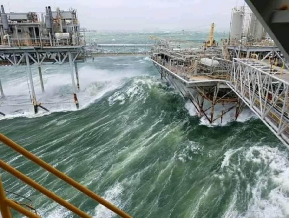 طوفان دریایی در سکوی حفاری نفت و گاز دریایی