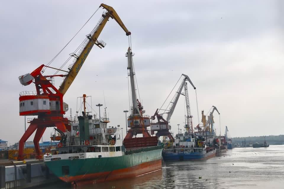 پهلوگیری  کشتی ها در بندر انزلی