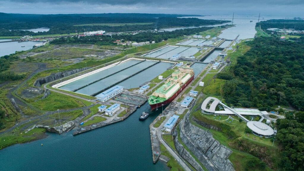 کشتی حمل LNG پاناماگذر Neopanamax در کانال پاناما