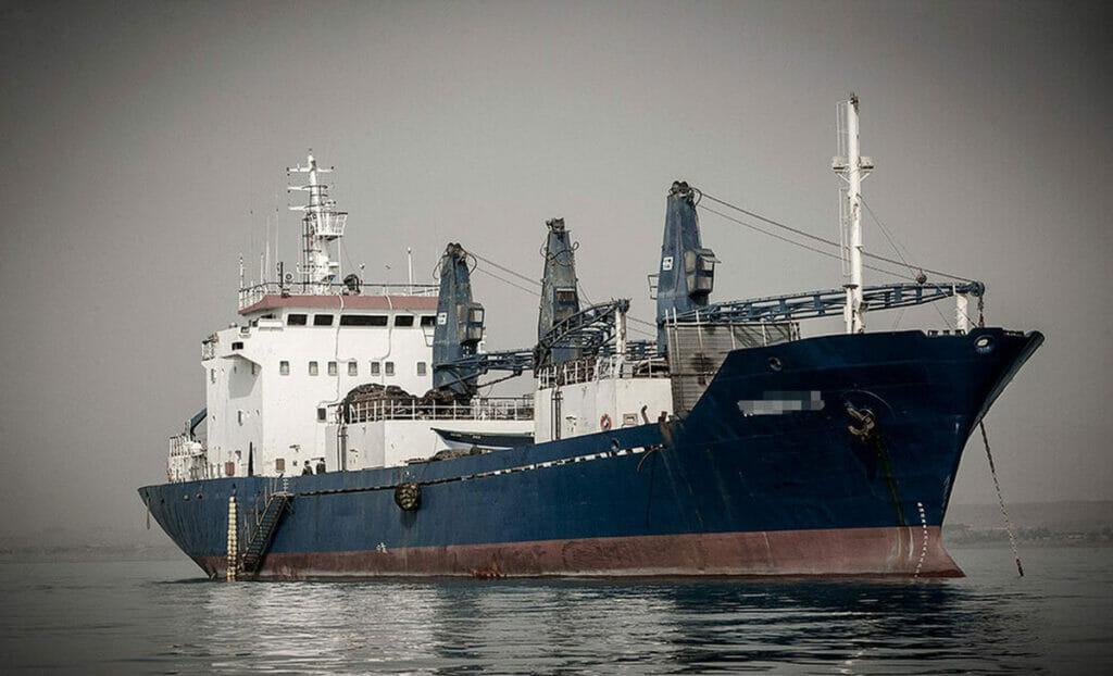 کشتی صیادی ترال چینی در آبهای سرزمینی ایران
