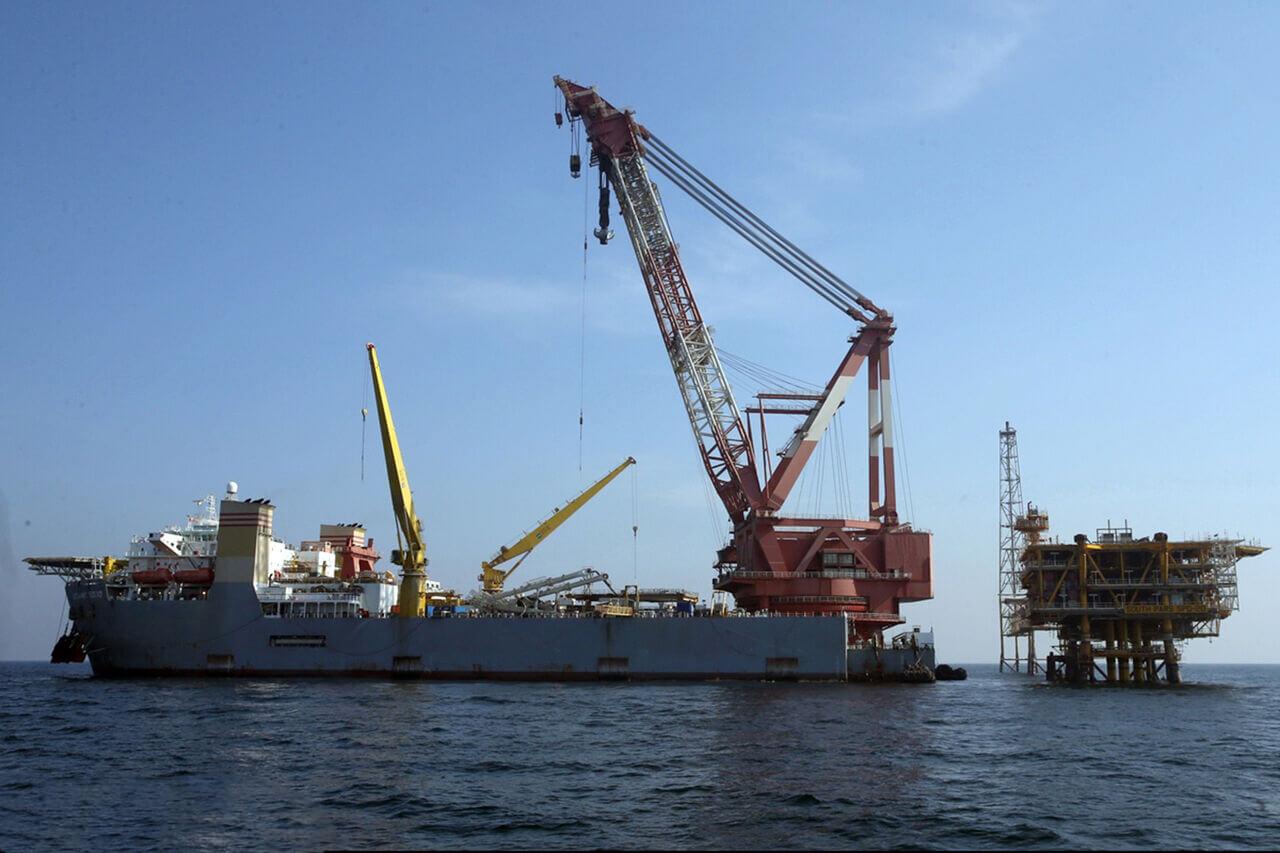 کشتی لولهگذار در کنار سکوی نفتی ایران در خلیج فارس