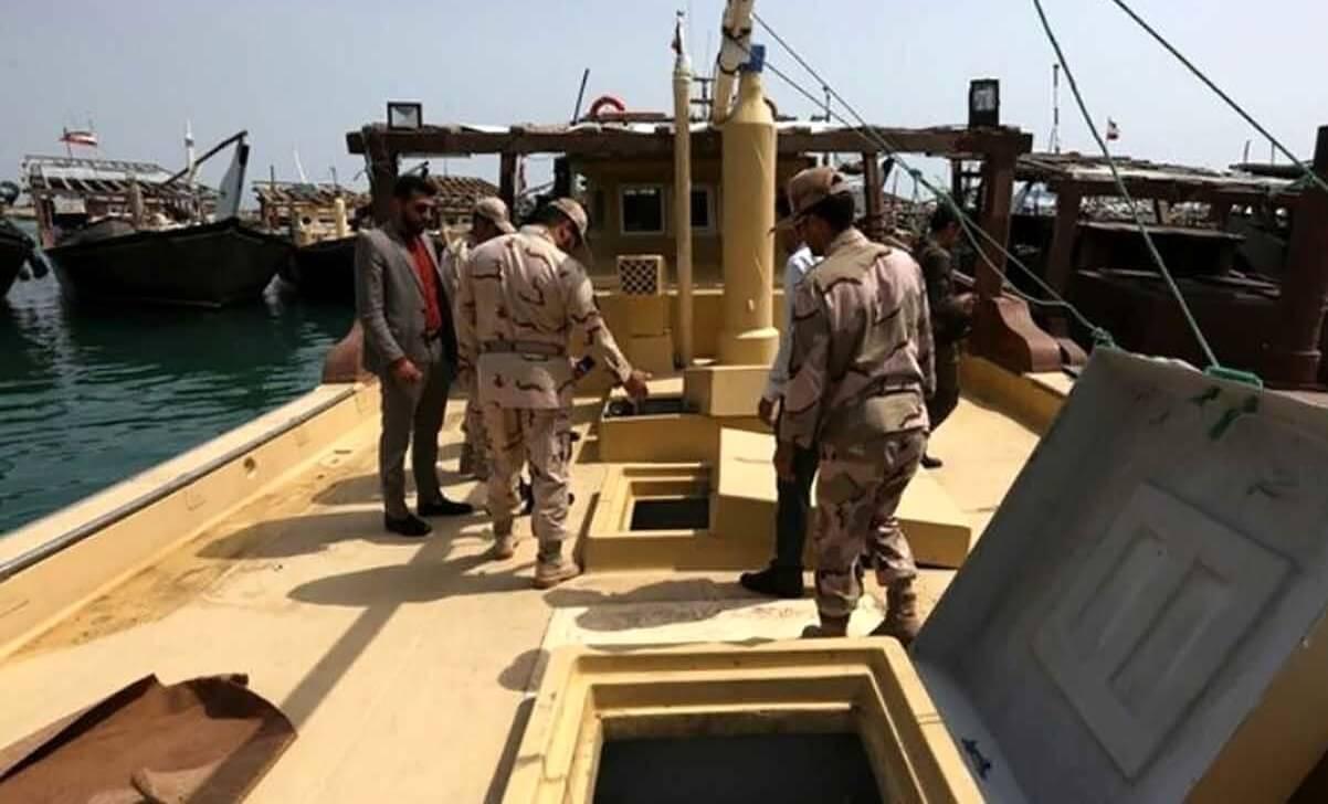 توقیف شناور تجاری حامل قاچاق در آبهای خلیجفارس و دستگیری ۵ متهم