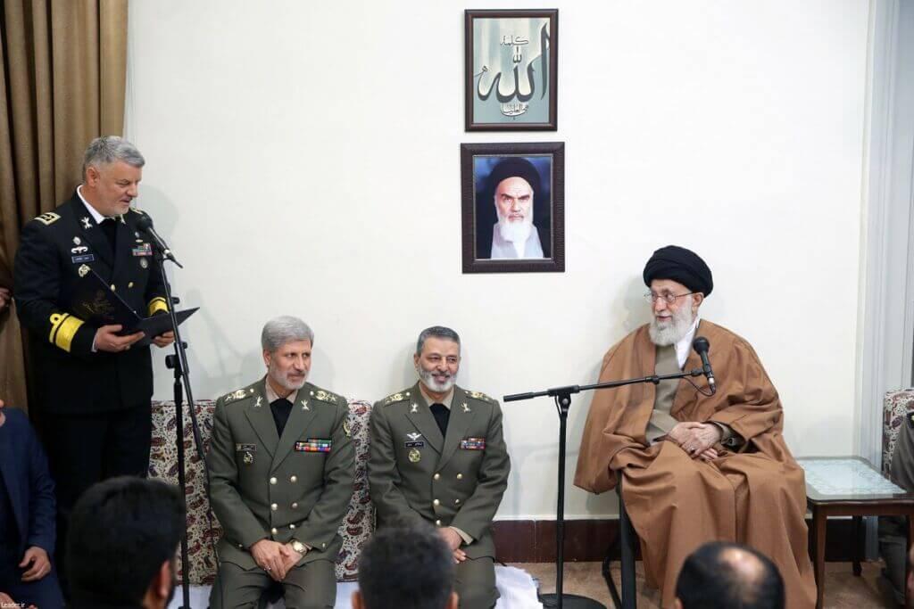 امیر دریادار حسین خانزادی فرمانده نیروی دریایی ارتش در حال گزارش به فرمانده کل قوا رهبری معظم