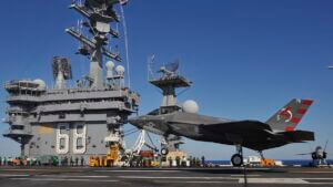 برخاستن و نشستن هواپیمای جنگنده از روی ناو هواپیمابر نیمیتز نیروی دریایی آمریکا