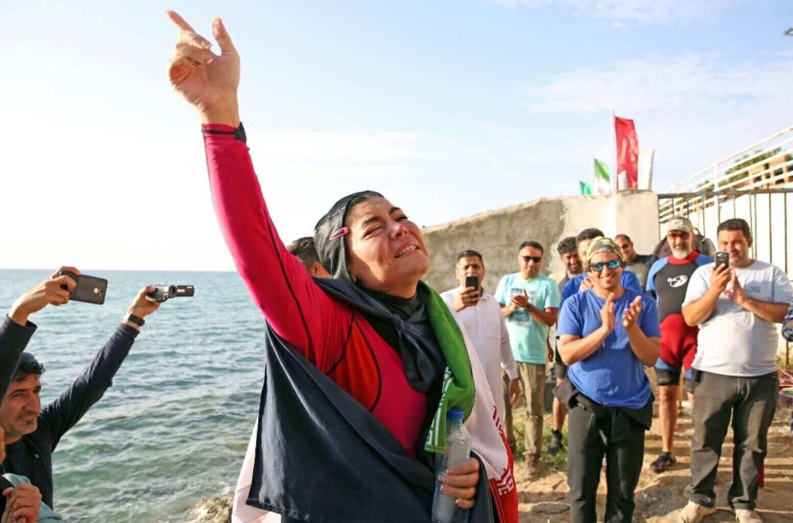ثبت رکورد جهانی شنا با یک دست بسته به نام بانوی ایرانی