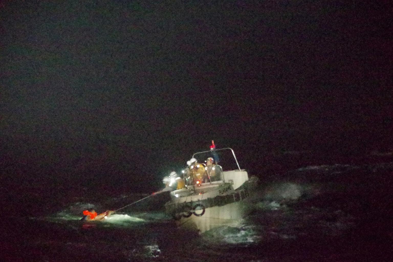 عملیات نجات گسترده پس از واژگونی کشتی باری در آبهای ژاپن