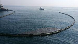 عملیات پاکسازی لکه نفتی در غرب سکوی نفتی ابوذر واقع در اطراف جزیره خارک