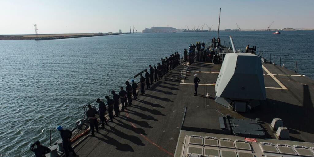 ملوانان نیروی دریایی آمریکا بر روی ناو یواساس نیتز در بندر استراتژیک دقم عمان