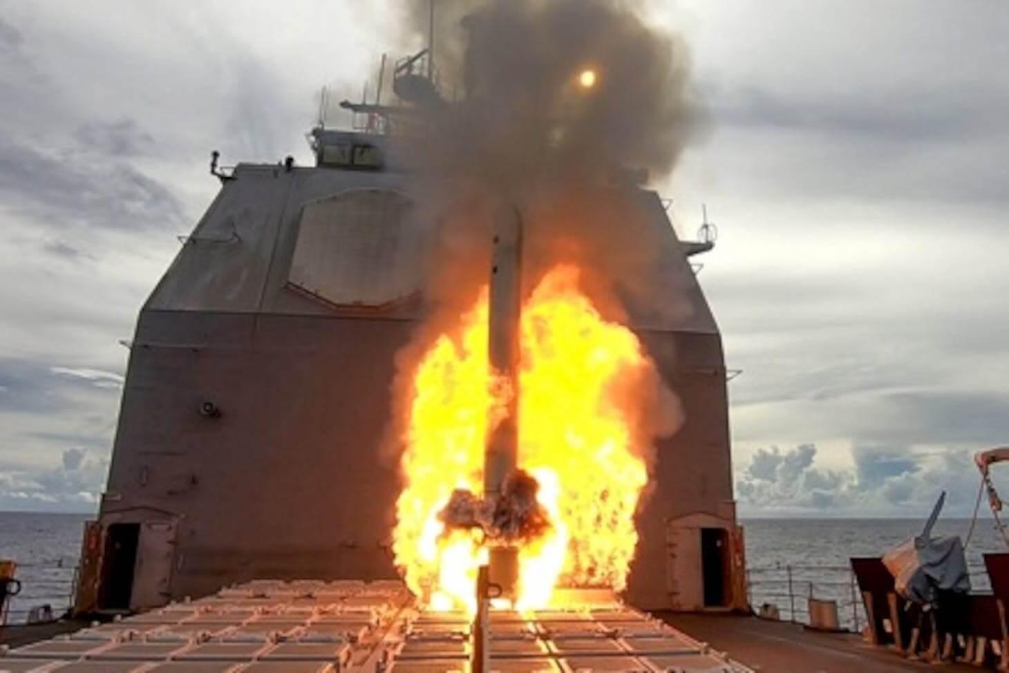 آتش سوزی یک ناو نظامی آمریکا در فیلیپین