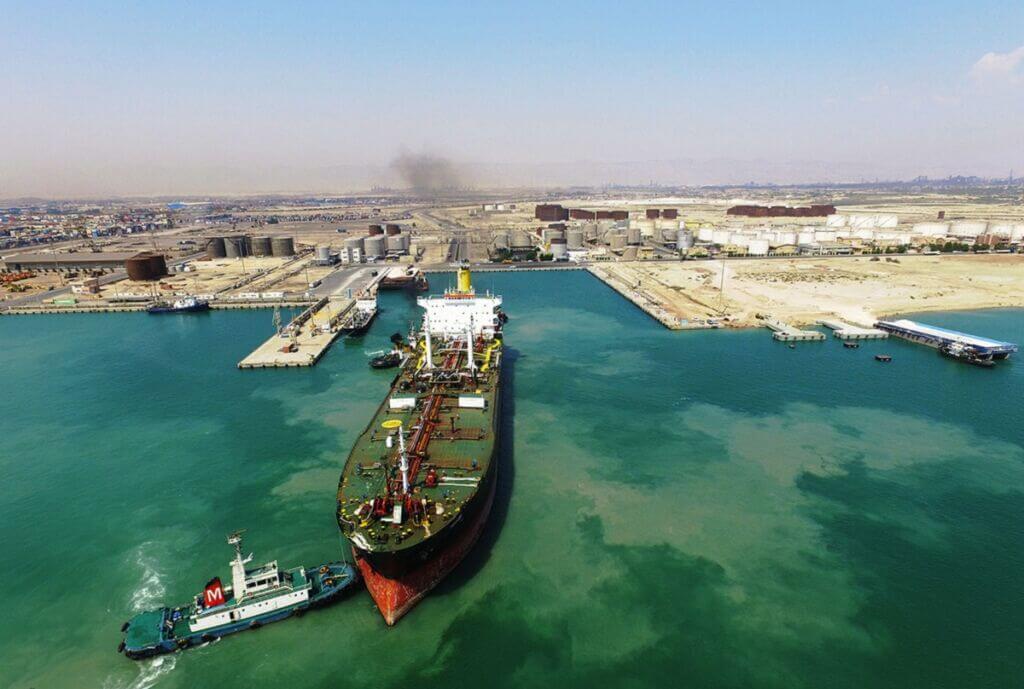 نفتکش و کشتی حامل قیر و فراورده نفتی در اسکله بندر خلیجفارس