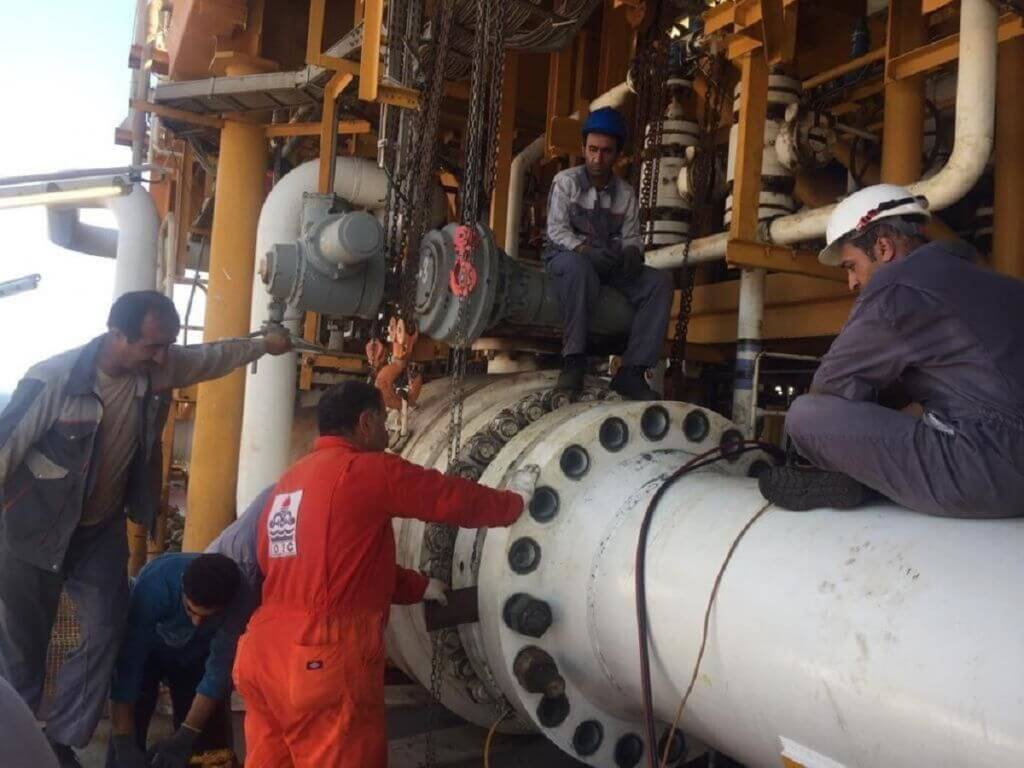 کارکنان سکوی هشتم پارس جنوبی در حال تعمیر سکوی SPD8