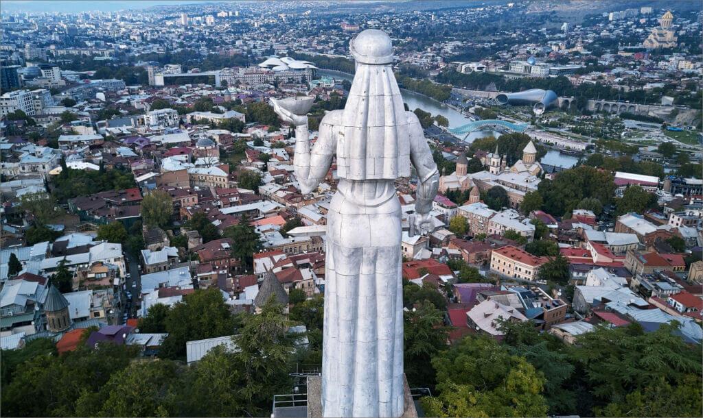 مجسمه «مادر گرجستان» یا «کارتلیس ددا» (Kartlis Deda)