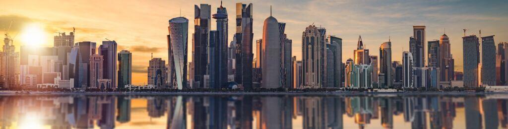 برج ها و آسمان خراشهای شهر ساحلی دوحه قطر از دریا