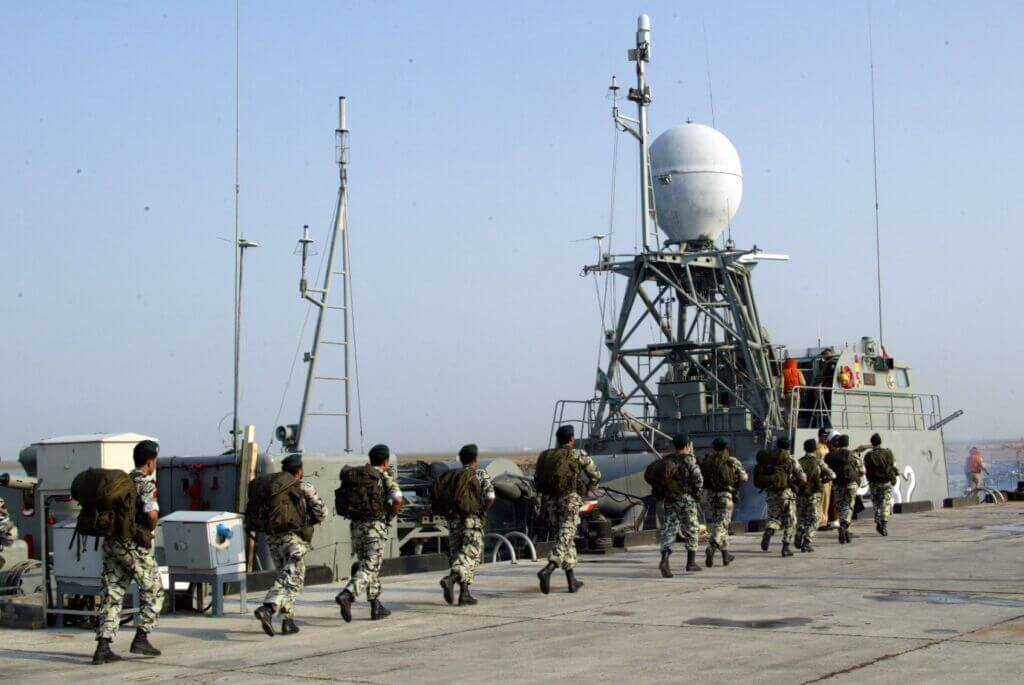 تکاوران نیروی دریایی ارتش در ناوچه تبرزین با کد 232 در اسکله بندر جاسک
