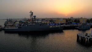 ناوشکن دنا و مین روب (شکار) شاهین در سواحل خلیجفارس