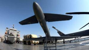 هواپیما و قایق تندرو و تجهیزات نظامی روی عرشه بالگرد و هواپیما بر روی عرشه ناو اقیانوس پیما رودکی نیروی دریایی سپاه
