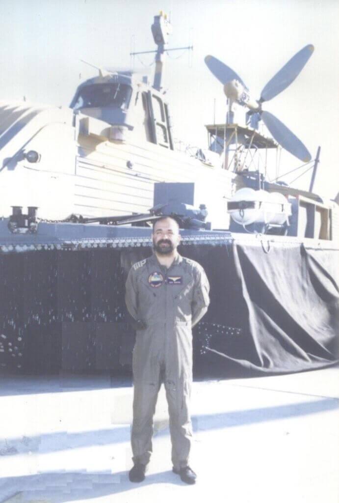 ناخدایکم خلبان میرمنصور سیدقریشی در کنار هواناو