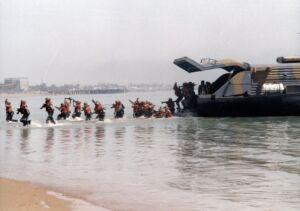 پیاده شدن تفنگداران دریایی از هواناو نیروی دریایی ارتش