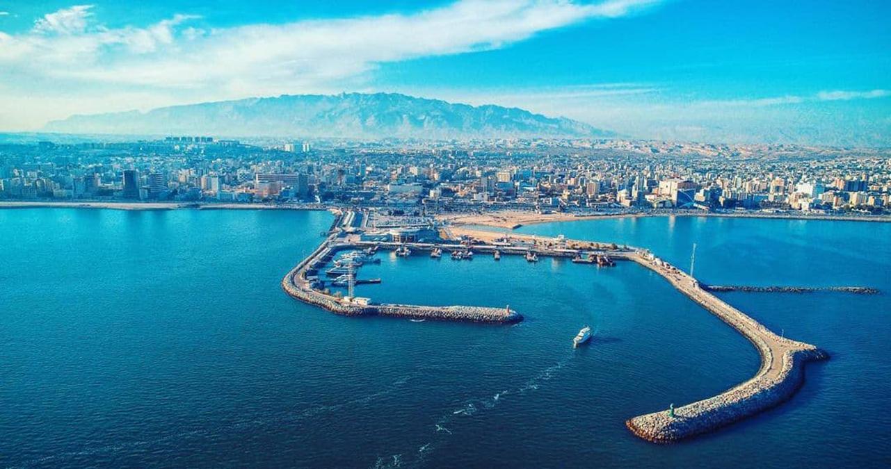 نمایی زیبا از اسکله، دریا، شهر و کوه بندرعباس