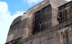بدنه و سقف بتنی پناهگاه زیردریاییها در «نزایر»