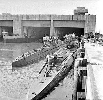 زیردریاییهای آلمانی در حال خروج از پناهگاههای بتنی در بندر تروندهایم نروژ (اشغال شده) در ماه مه 1945